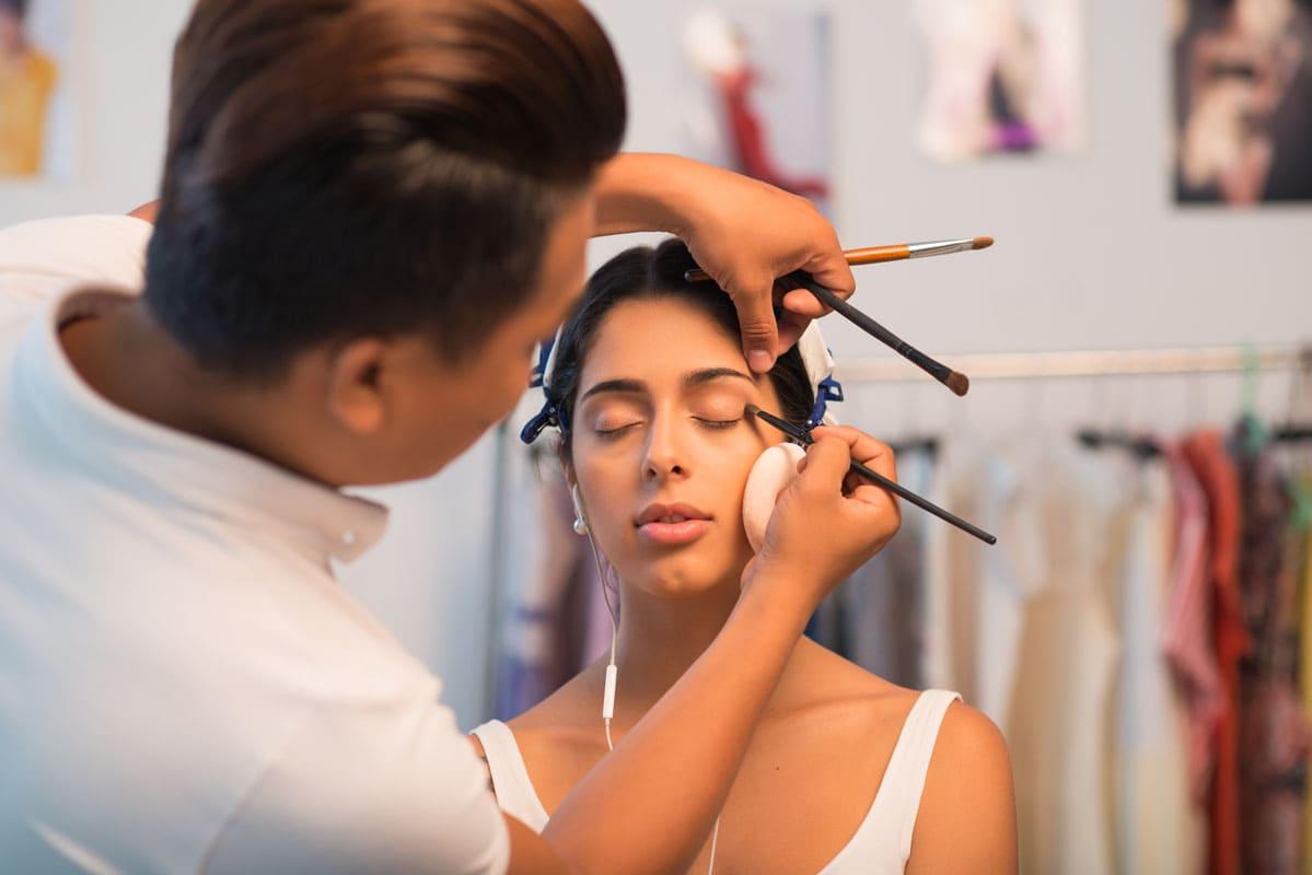 makijażystka przy pracy nad makijażem smokey eye
